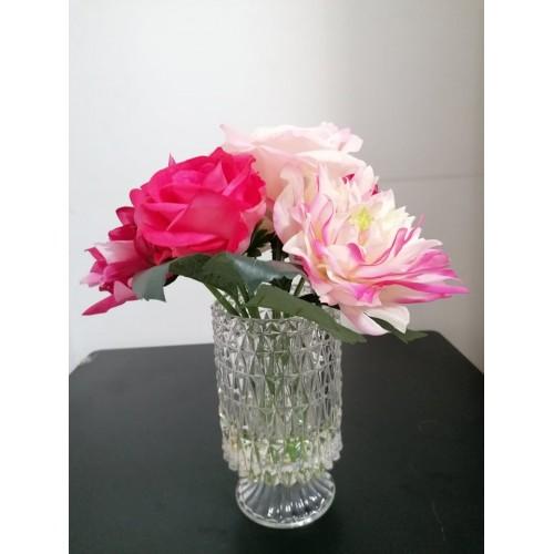 Ваза с изкуствени цветя
